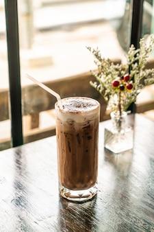 Vaso de chocolate helado en café