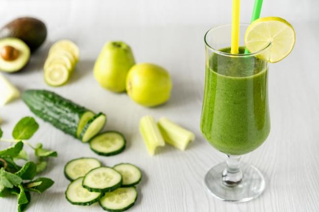 Un vaso de cócteles de verduras verdes.