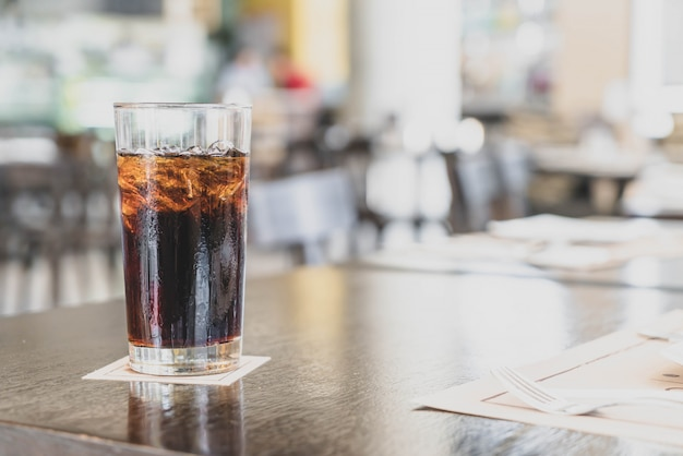Un vaso de cola en el restaurante
