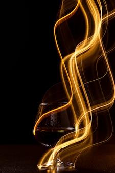 Vaso dorado de whisky y líneas amarillas