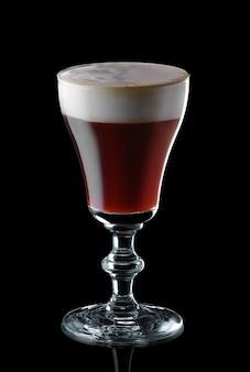 Vaso de espresso martini aislado