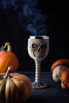 Vaso en forma de calavera con bebida de halloween. enfoque selectivo
