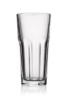 Vaso highball vacío aislado sobre fondo blanco con trazado de recorte.
