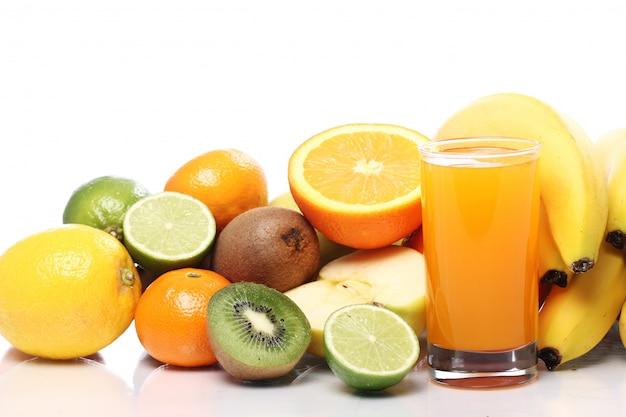 Vaso de jugo de fruta fresca