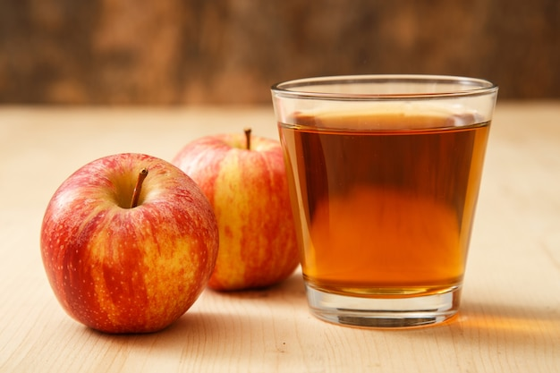 Vaso de jugo de manzana