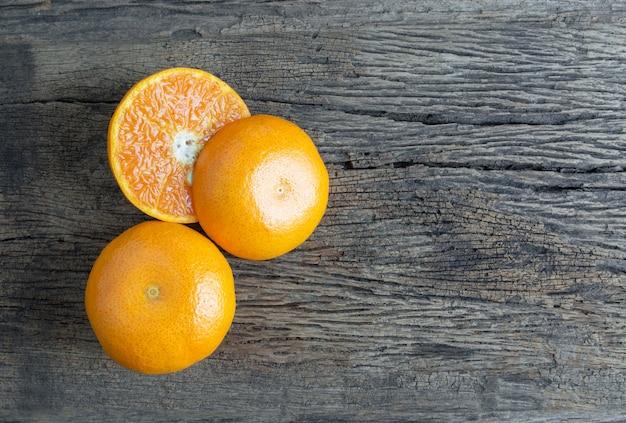 Vaso de jugo de naranja desde arriba en la mesa de madera