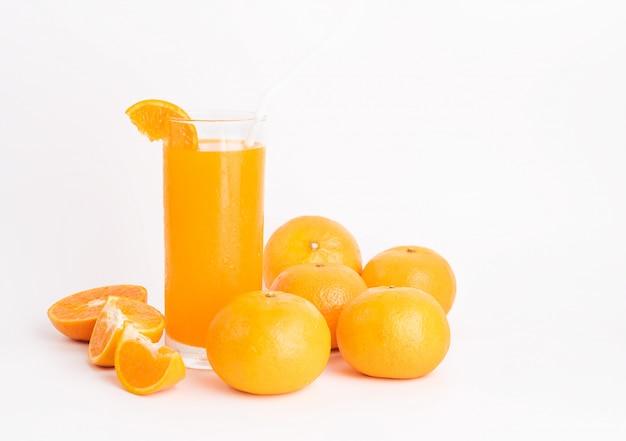 Vaso de jugo de naranja fresco y frutas