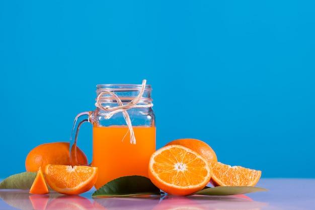 Vaso de jugo de naranja fresco con rodaja de naranja