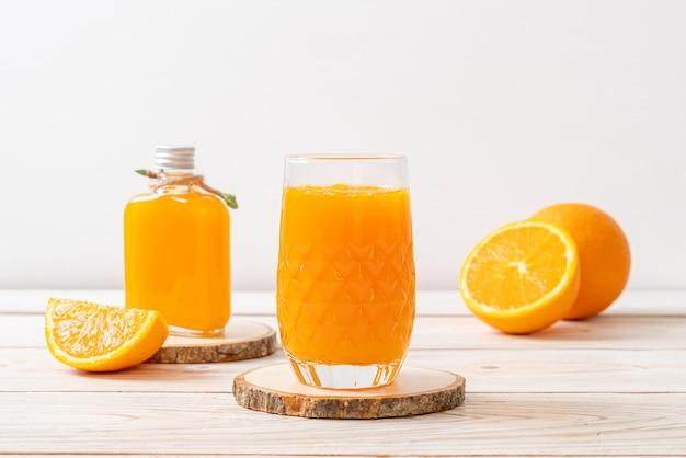 Vaso de jugo de naranja fresco
