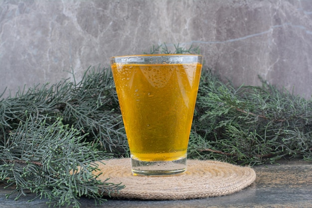 Un vaso de jugo de naranja sobre fondo de mármol. foto de alta calidad