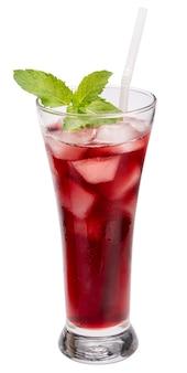 Vaso de jugo de uvas rojas con hielo aislado sobre fondo blanco, con trazado de recorte