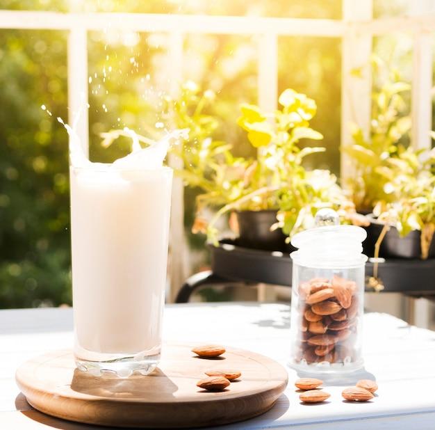 Vaso de leche con almendras