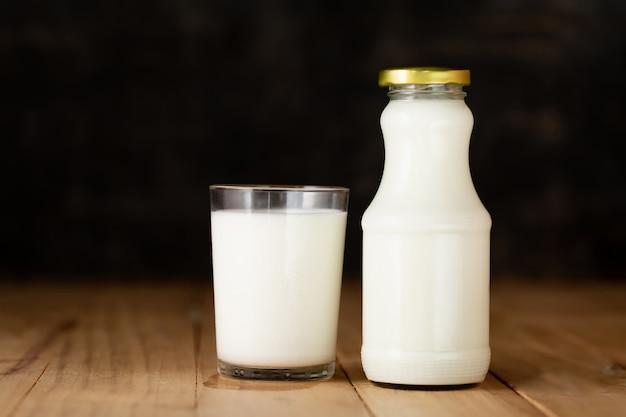 Vaso de leche y una botella de leche fresca.