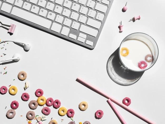 Vaso de leche y cereales en un escritorio de oficina
