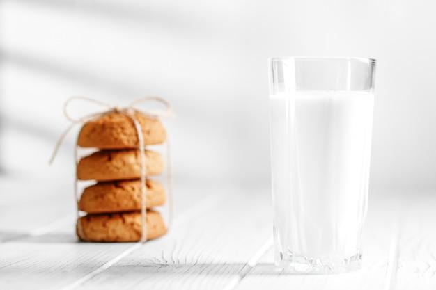 Un vaso de leche y deliciosas galletas de avena.