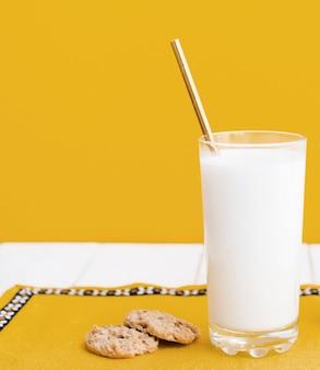Vaso de leche y galletas