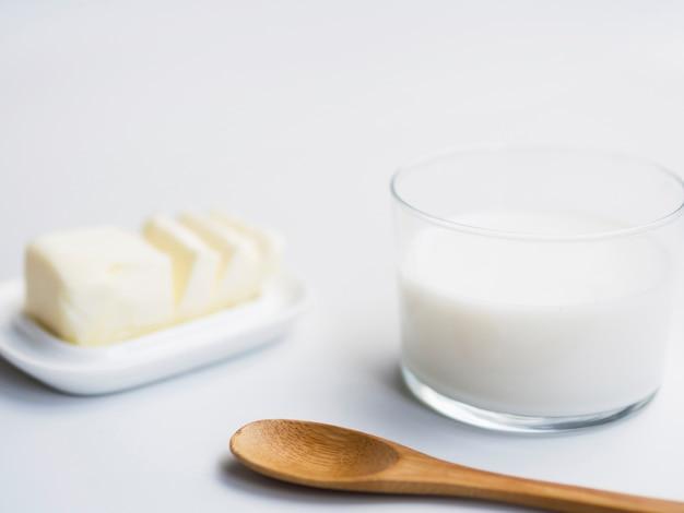 Vaso de leche y mantequilla