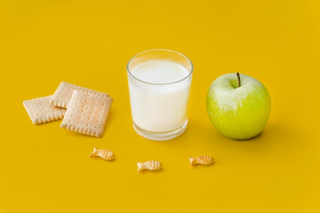 Vaso de leche y manzana