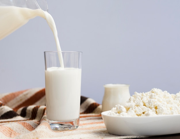 Vaso de leche, yogur y requesón