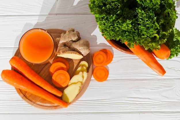 Vaso de licuado con verduras cortadas