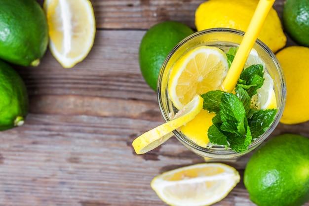 Un vaso de limonada casera menta