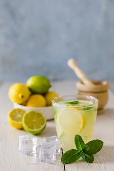 Vaso de limonada con cubitos de hielo