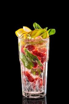Vaso de limonada de frambuesa, kiwi y limón hielo aislado