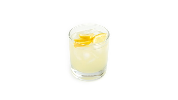 Vaso con limonada de limón y hielo.