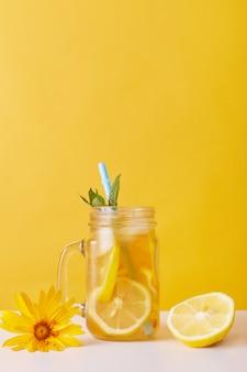 Vaso de limonada con limón y menta
