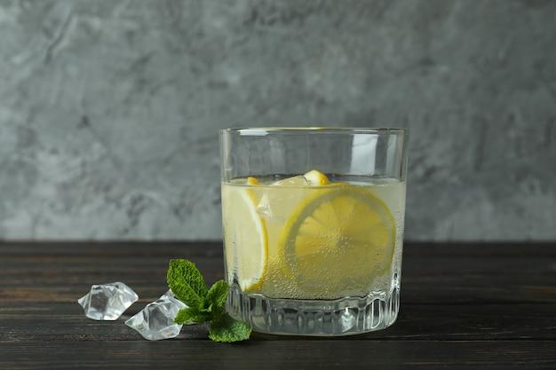 Vaso de limonada en la mesa de madera, cerrar