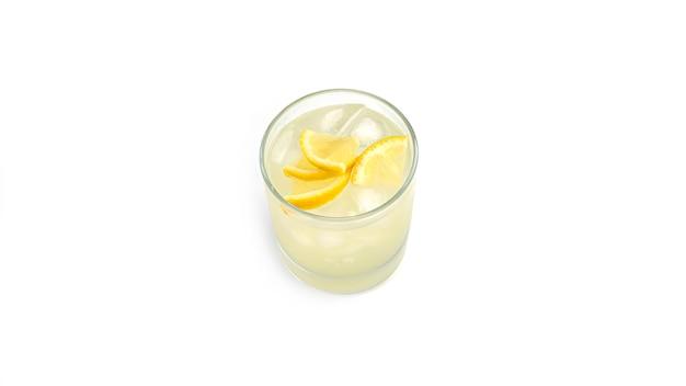 Vaso de limonada con rodajas de limón y hielo.