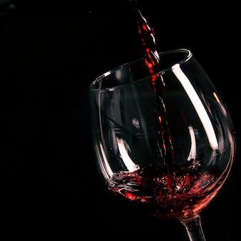 Vaso de llenado de vino de primer plano