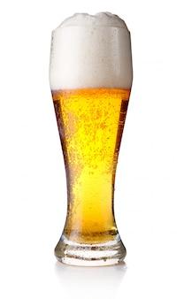 Vaso lleno de cerveza aislado