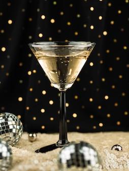 Vaso lleno de champagne y globos