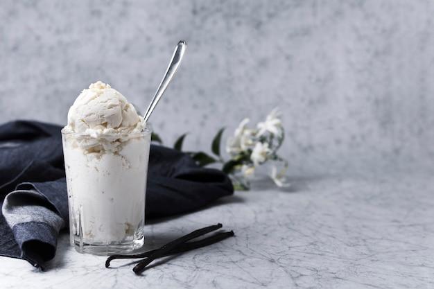 Vaso lleno de helado casero y cuchara