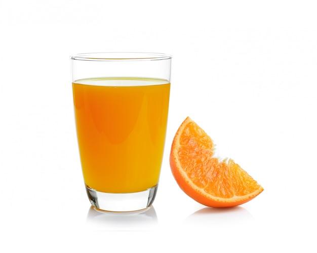 Vaso lleno de jugo de naranja y naranja aislado en espacio en blanco