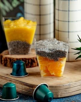 Un vaso de naranja en rodajas