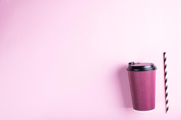 Vaso de papel desechable rosa con pajita de papel rayado