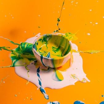 Vaso pequeño de alto ángulo con pintura mixta