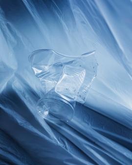 Vaso de plástico triturado de cerca