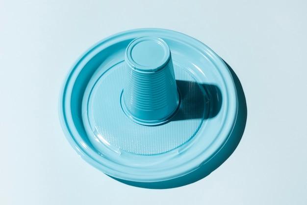 Vaso y plato de plástico al revés