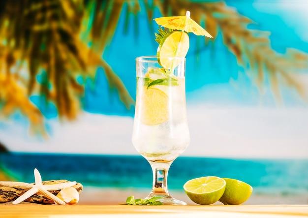 Vaso de refrescante agua de limón con hielo.