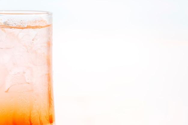 Vaso de refrescante bebida de naranja