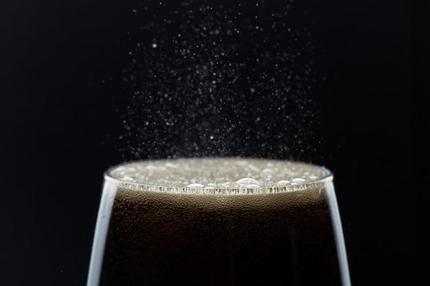 Un vaso de refresco de cola con una sal.