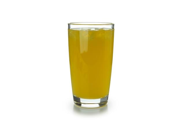 Vaso de refresco de naranja aislado sobre superficie blanca
