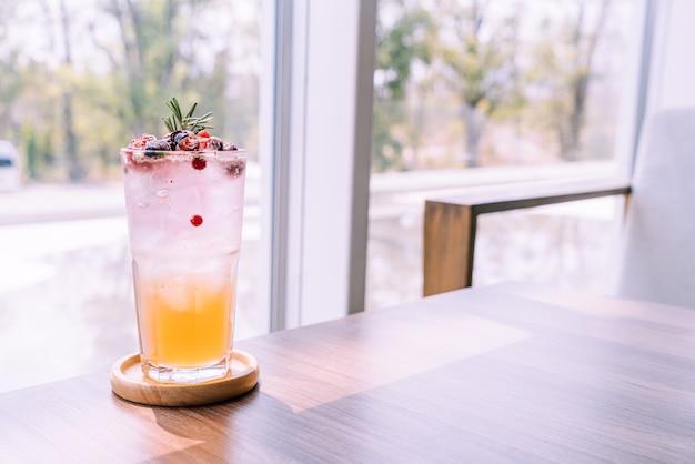 Vaso de soda de melocotón y bayas en café restaurante