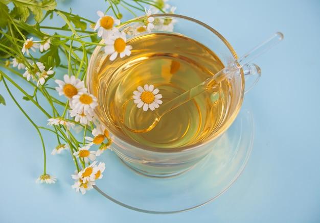Vaso de té de camomille a base de hierbas saludables.
