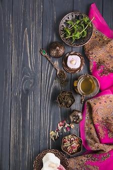 Vaso de té con delicias turcas y hierbas