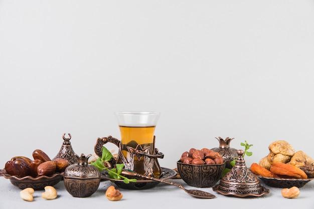 Vaso de té con frutos secos y frutos secos.
