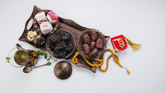 Vaso de té con frutos secos y perlas